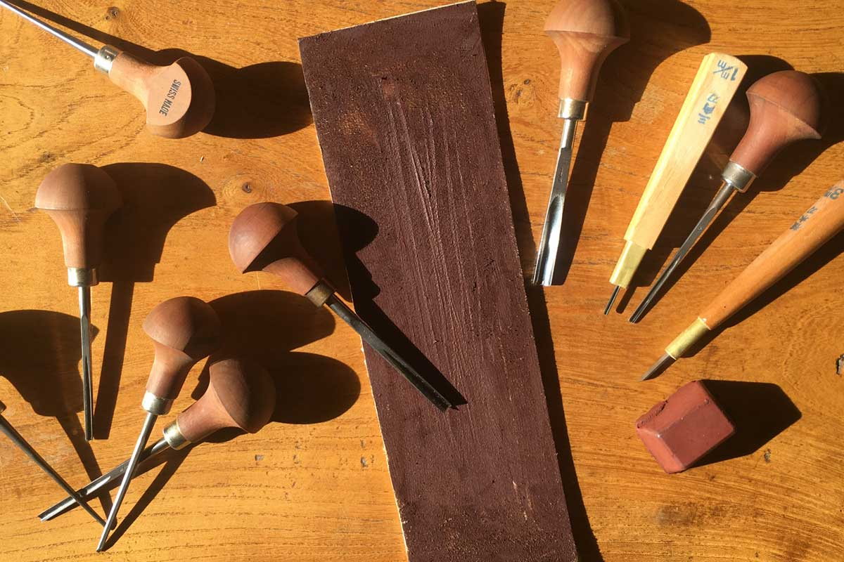 Sharpening lino cutting tools part using a strop