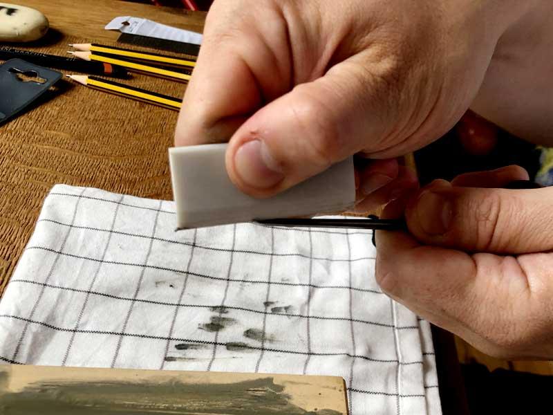 Linocut-tools-slipstone-removing_a_burr